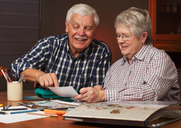 senior couple doing an art class